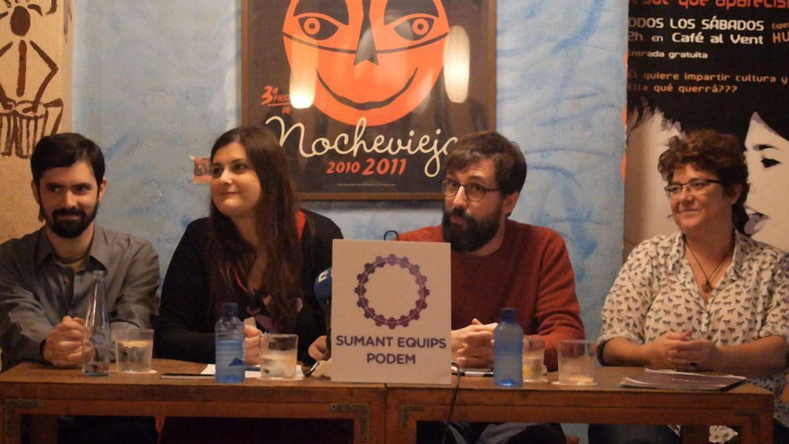 D'esquerra a dreta, Gerardo Costea, Aina Díaz, Pedro Deltell i Mar Mas, tots ells membres de la llista Sumant Equips Podem.