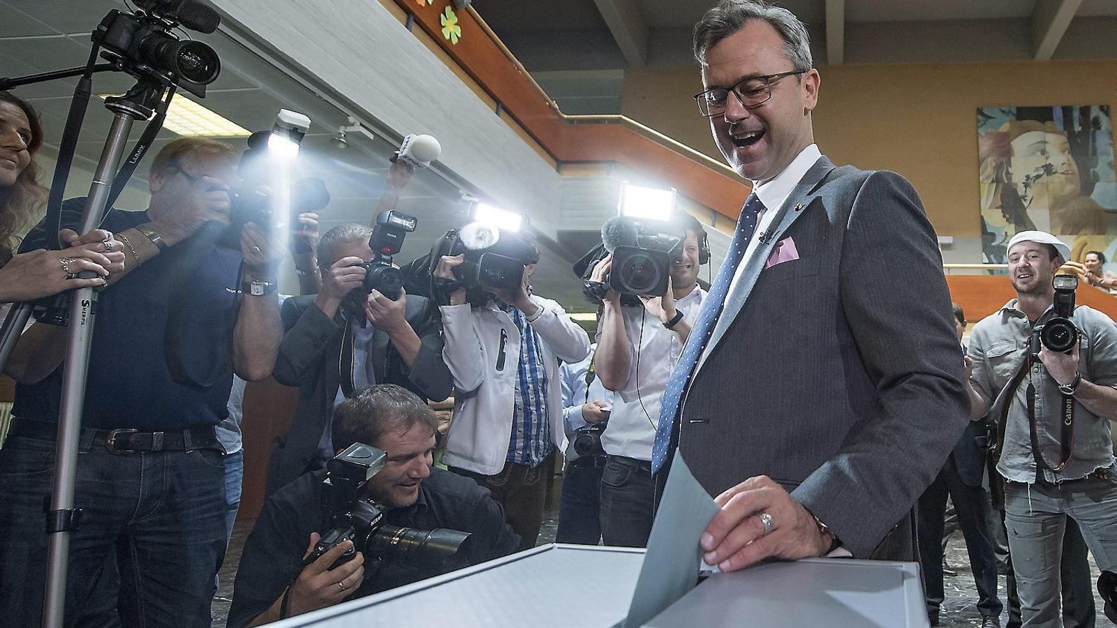 Hofer, candidat a president de l'FPÖ, votant ahir a les eleccions a Àustria.