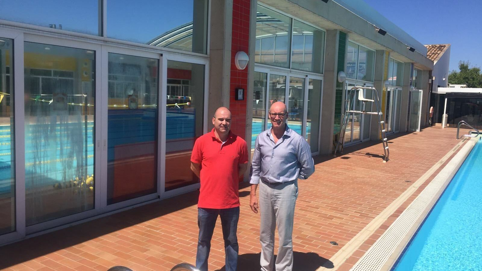 Una de  les piscines municipals de Llucmajor, amb l'exbatle Bernardí Vives (dreta).