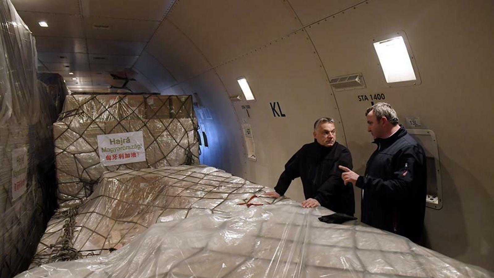 El primer ministre hongarès, Víkor Orbán, supervisant una descàrrega de material.