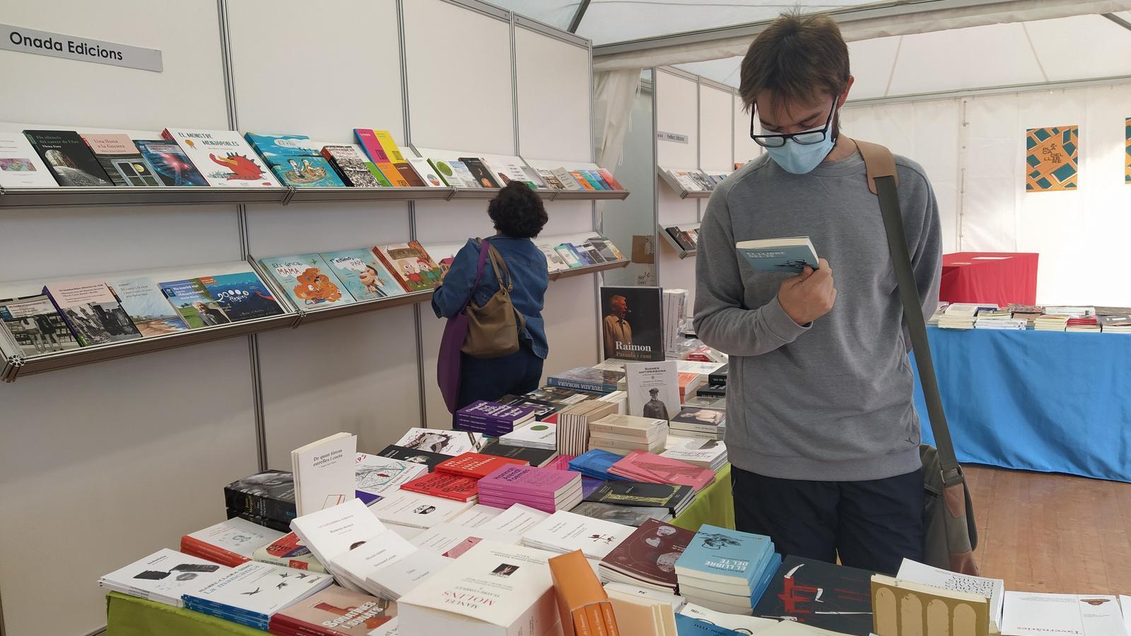 Alguns dels primers visitants de la segona edició de la Plaça del Llibre de Castelló de la Plana