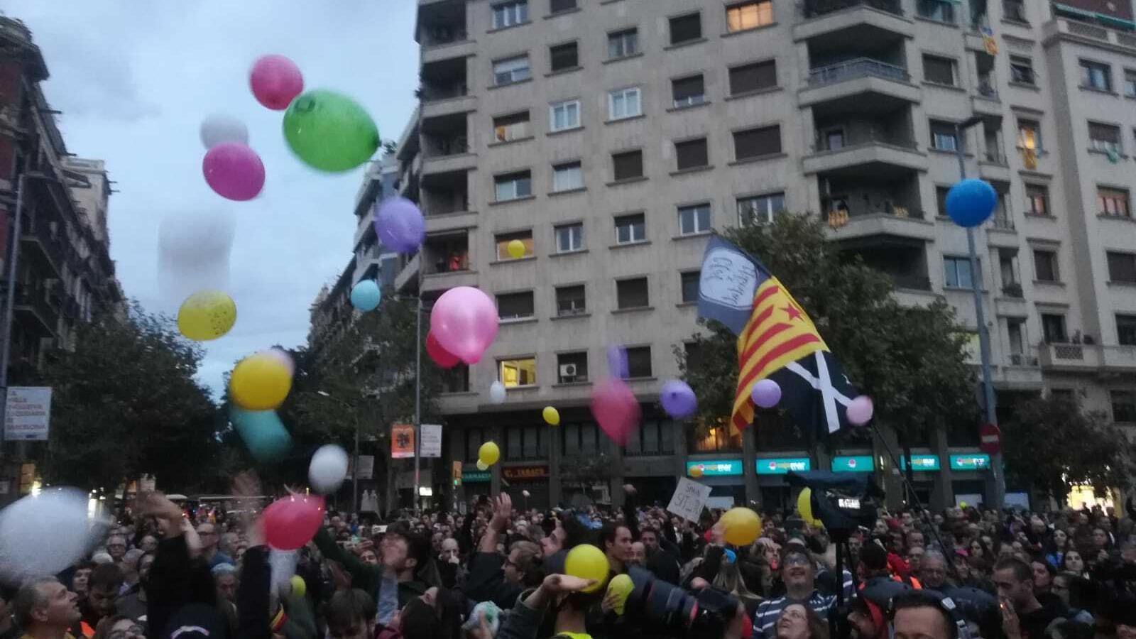 Els concentrats llancen globus davant de la conselleria d'Interior