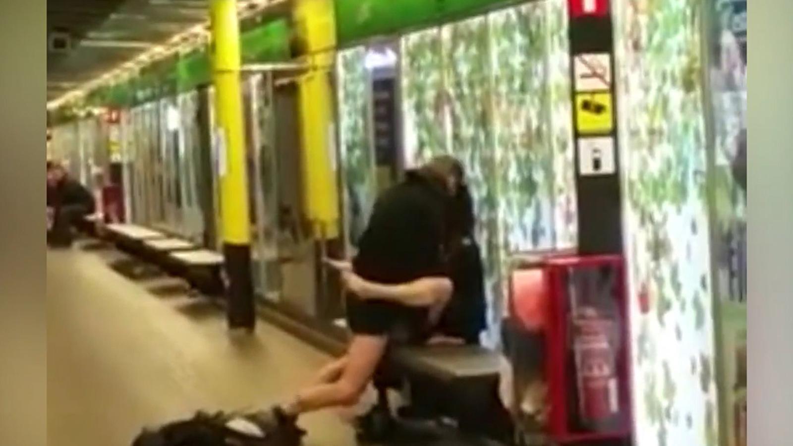 TMB obre una investigació per identificar la parella que practicava sexe al metro