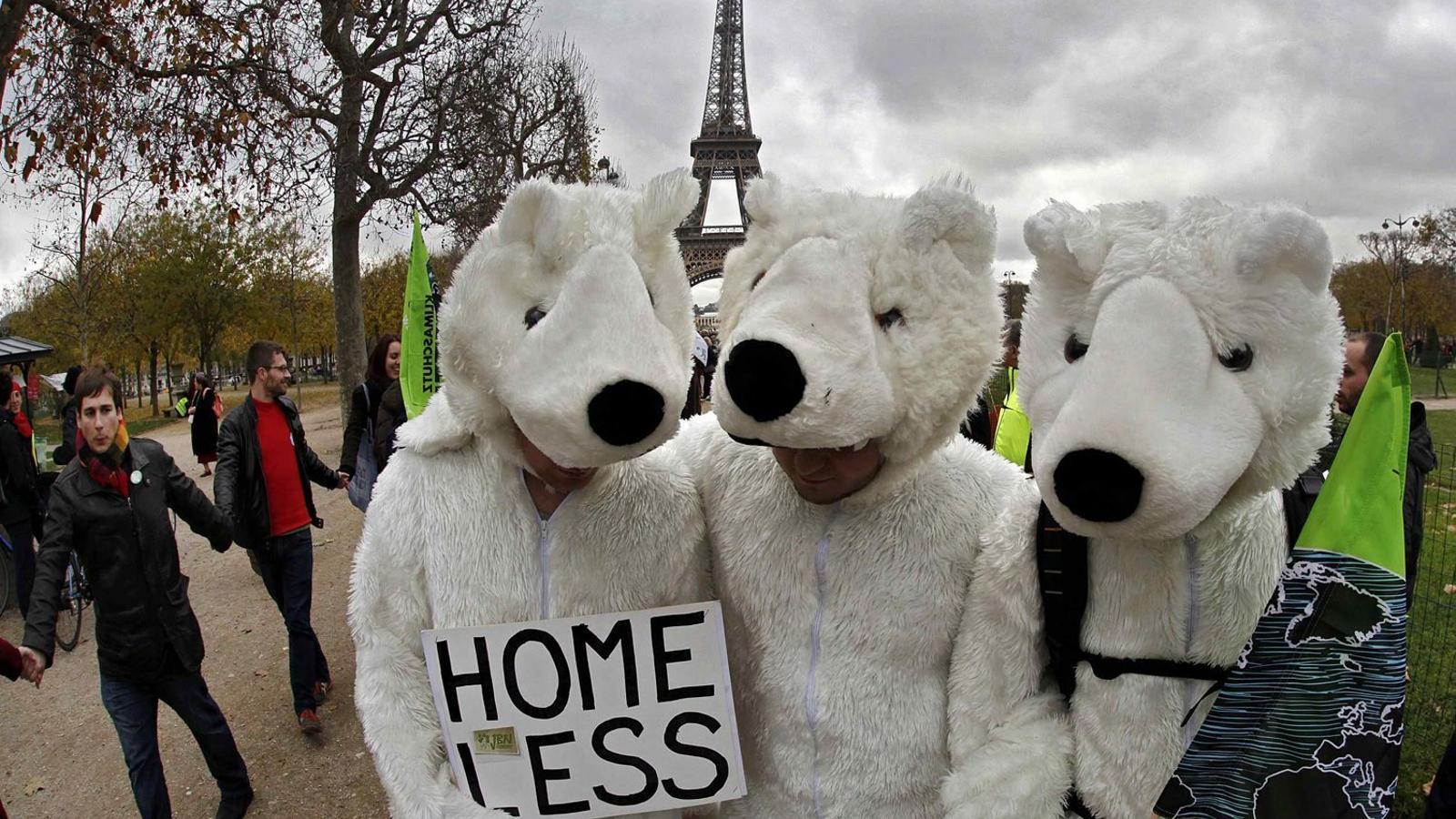 Les ONG es van manifestar ahir davant de la Torre Eiffel, a París, per reclamar als dirigents reunits a la cimera un compromís i un acord ambiciós per lluitar contra el canvi climàtic.