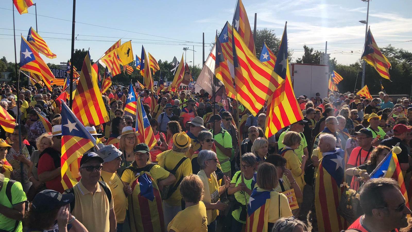 Engega la concentració a les portes de l'Eurocambra per reclamar els drets de Puigdemont, Junqueras i Comín