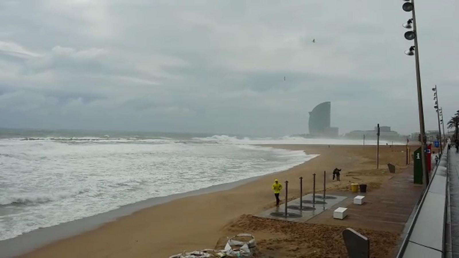 Barcelona activa el pla d'emergència per mal estat de la mar