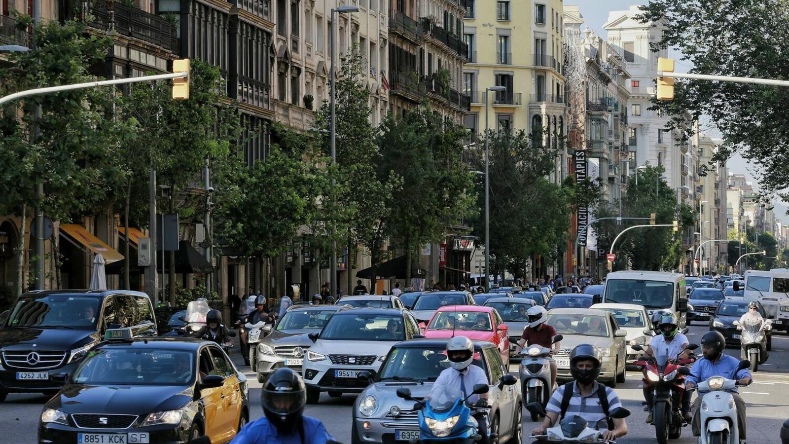 Cotxes al carrer Aragó de Barcelona. / M. R. F.