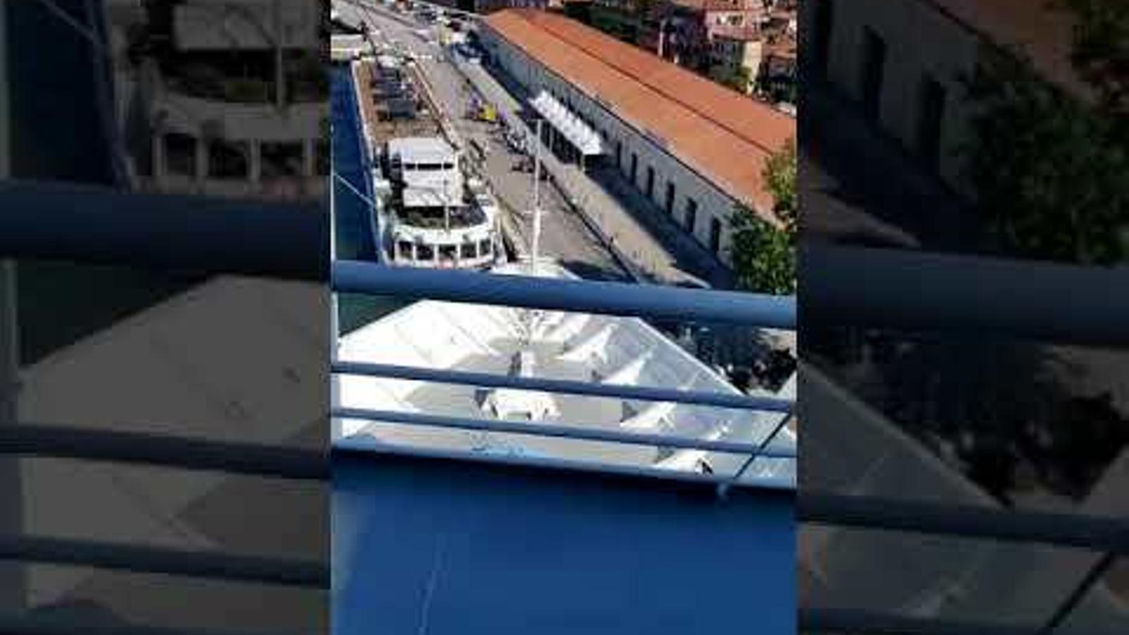 El creuer Opera entrant a la bocana del port de Venècia xoca contra una barca
