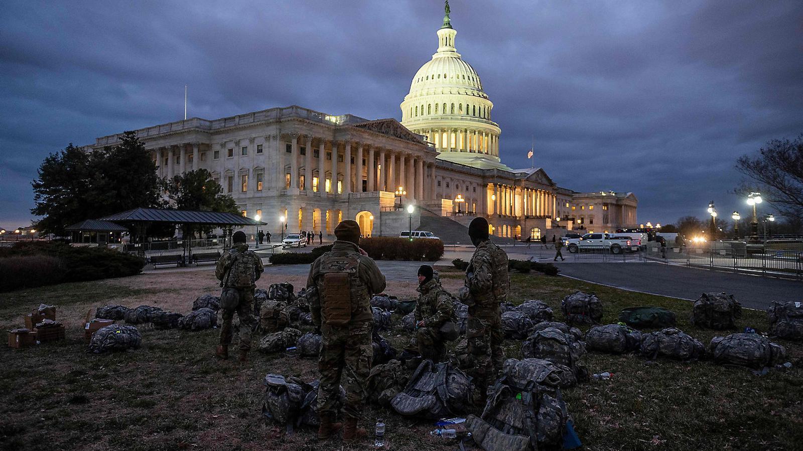 Soldats de la Guàrdia Nacional davant de l'edifici del Capitoli a Washington, blindat per a la cerimònia d'inauguració de la presidència de Joe Biden.