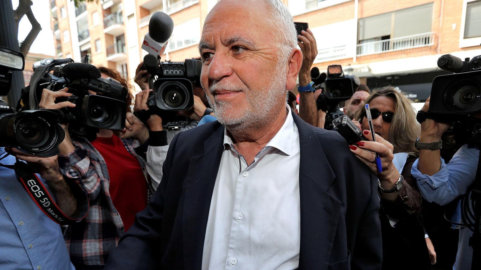 L'exdirector general de la policia espanyola i de les Corts Valencianes, Juan Cotino, a la seva entrada a la comandància de la Guàrdia Civil del barri de Patraix de València