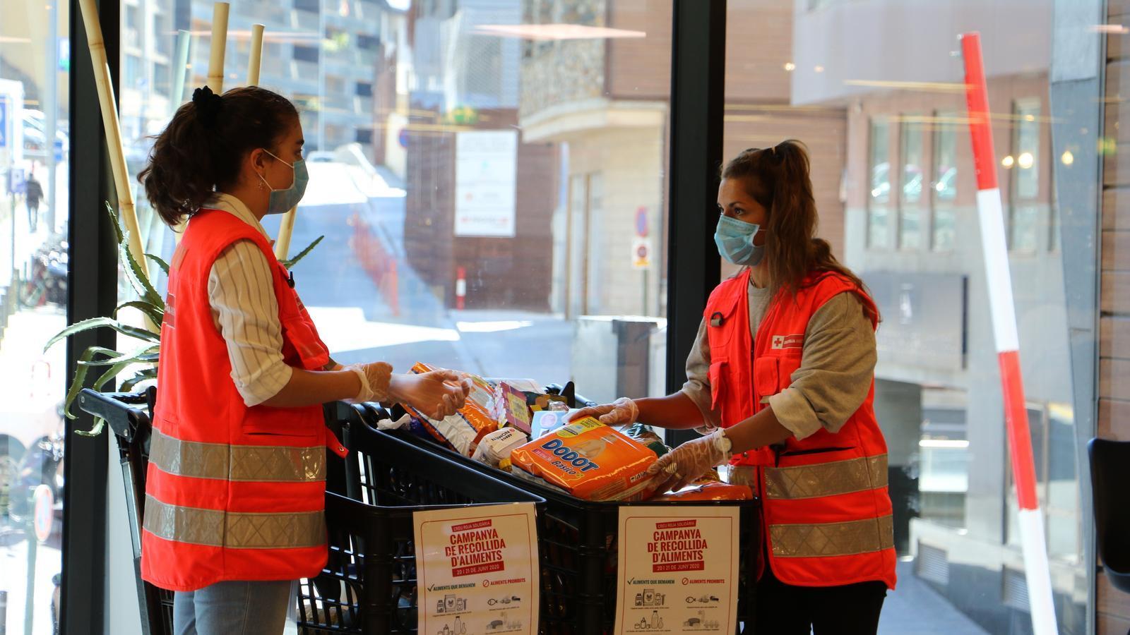 Dues voluntàries de la Creu Roja Andorrana durant la campanya de recollida d'aliments d'aquest cap de setmana. / E.C. (ANA)