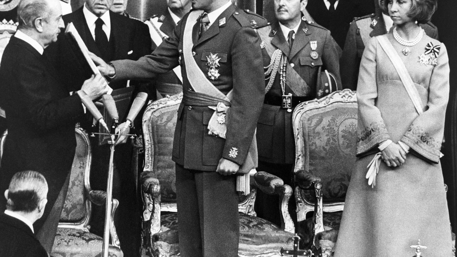 Imatge d'arxiu de Joan Carles de Borbó durant l'acte de proclamació com a rei d'Espanya, el 22 de novembre de 1975