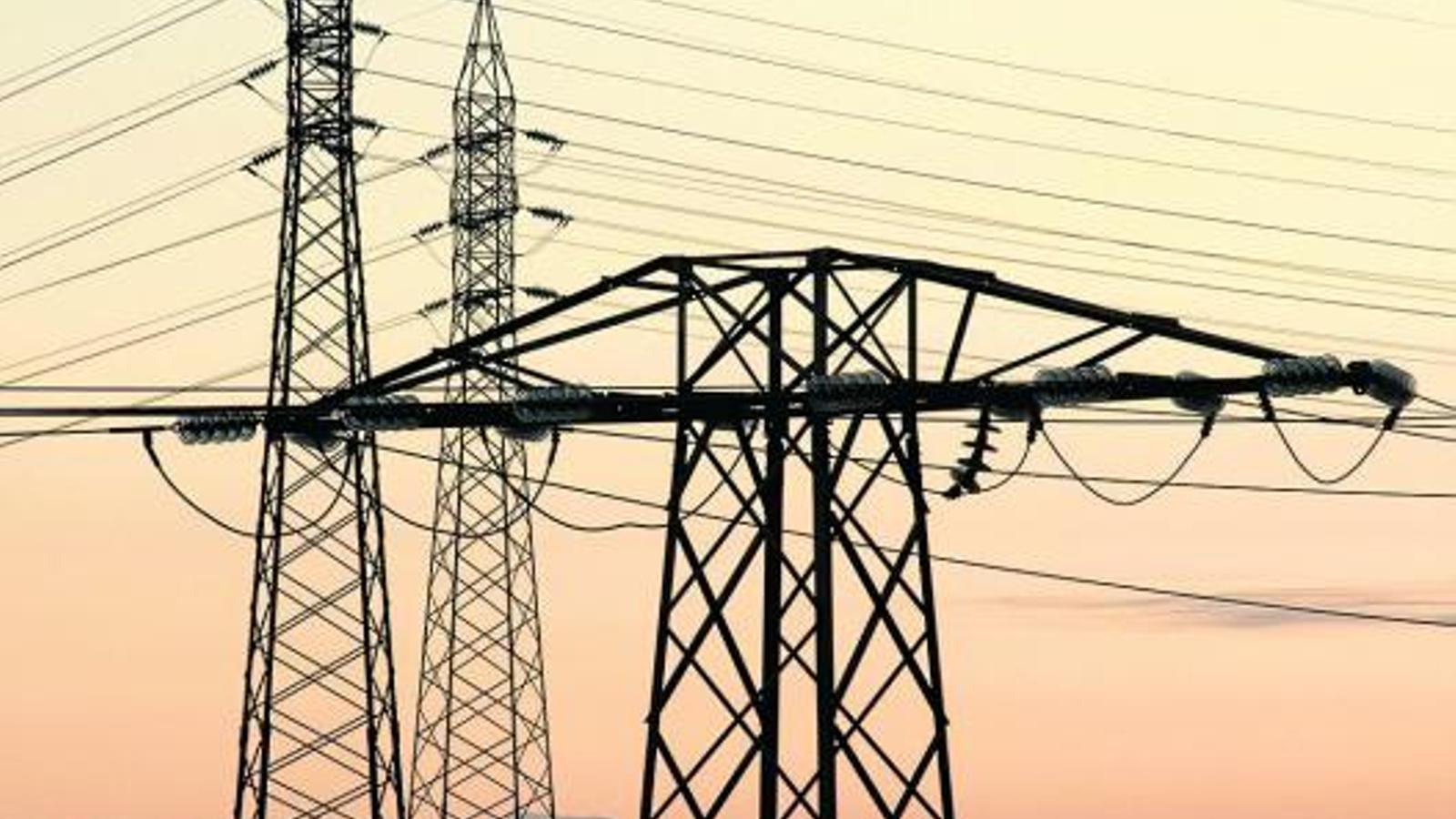 Les elèctriques van amenaçar de pujar dràsticament el rebut de la llum si l'Estat no assumia el dèficit de tarifa del 2013.