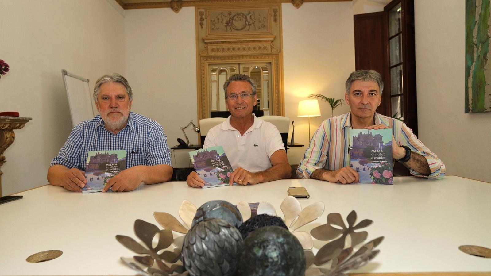"""Els autors de la publicació """"Palma la ciutat envaïda"""""""