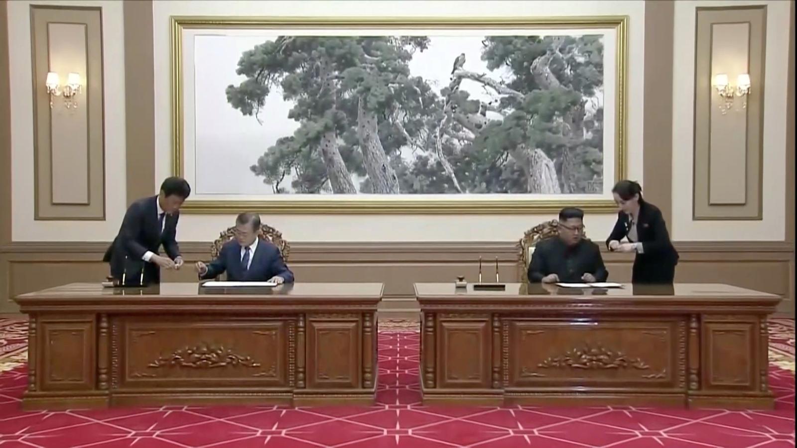 Moment en què Kim Jong-un i Moon Jae-in signen el document d'acord.