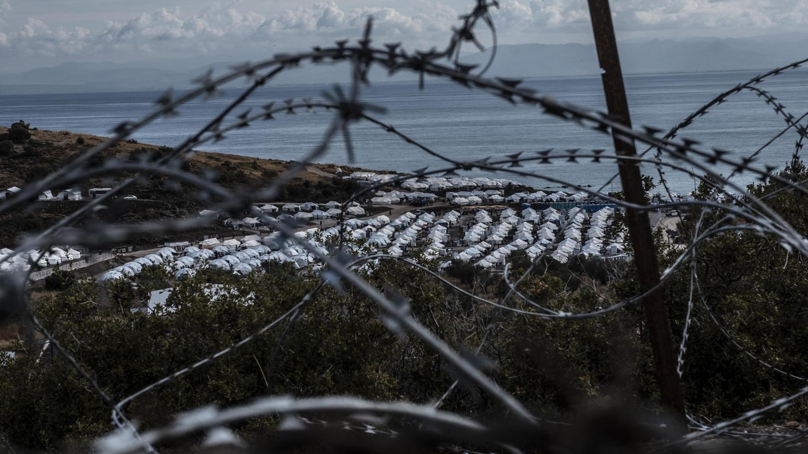 Al nou camp de Lesbos els refugiats només es poden rentar al mar