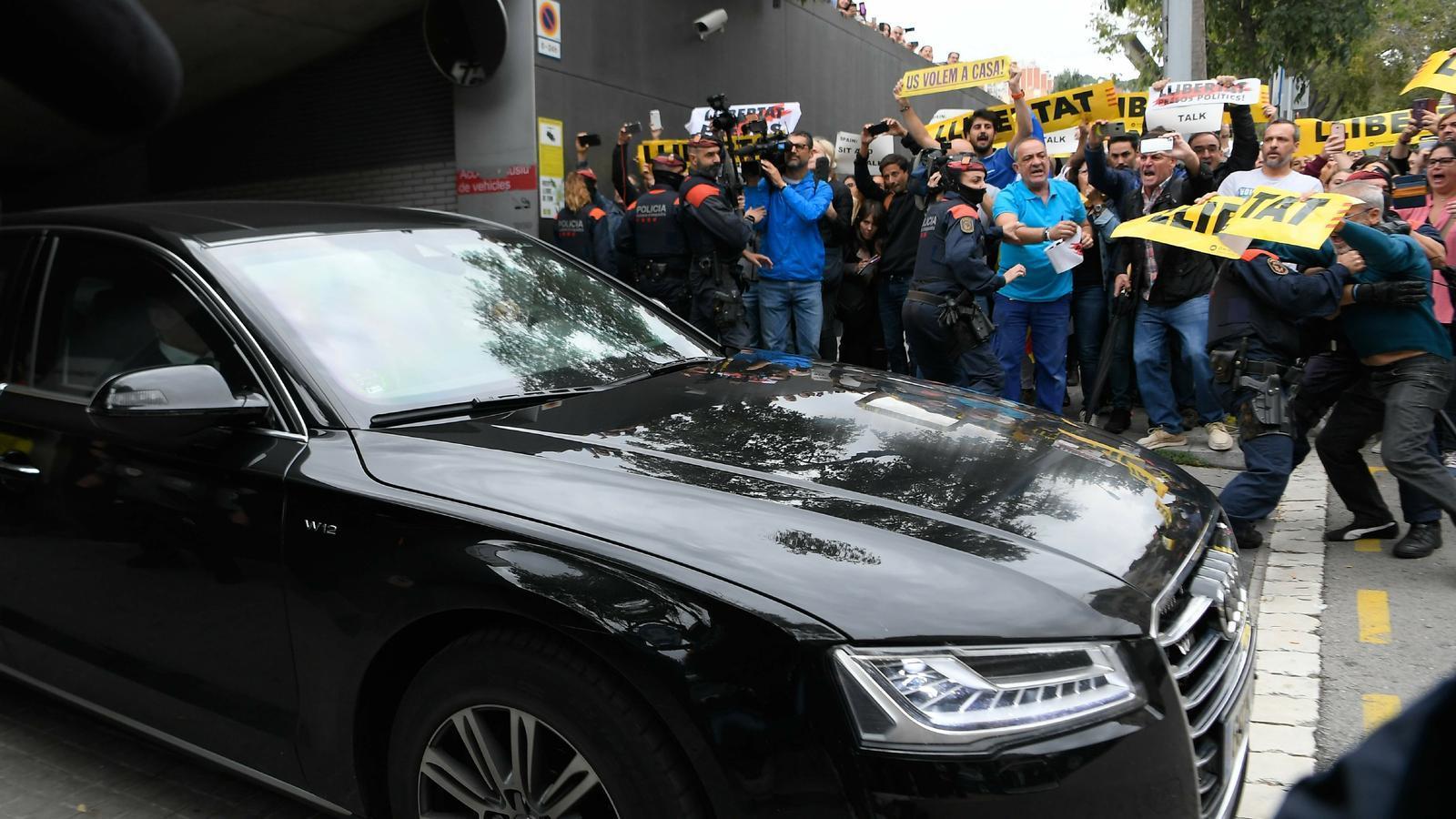 """El president espanyol, Pedro Sánchez, surt en cotxe de l'Hospital de Sant Pau enmig de crits de """"llibertat presos polítics"""""""
