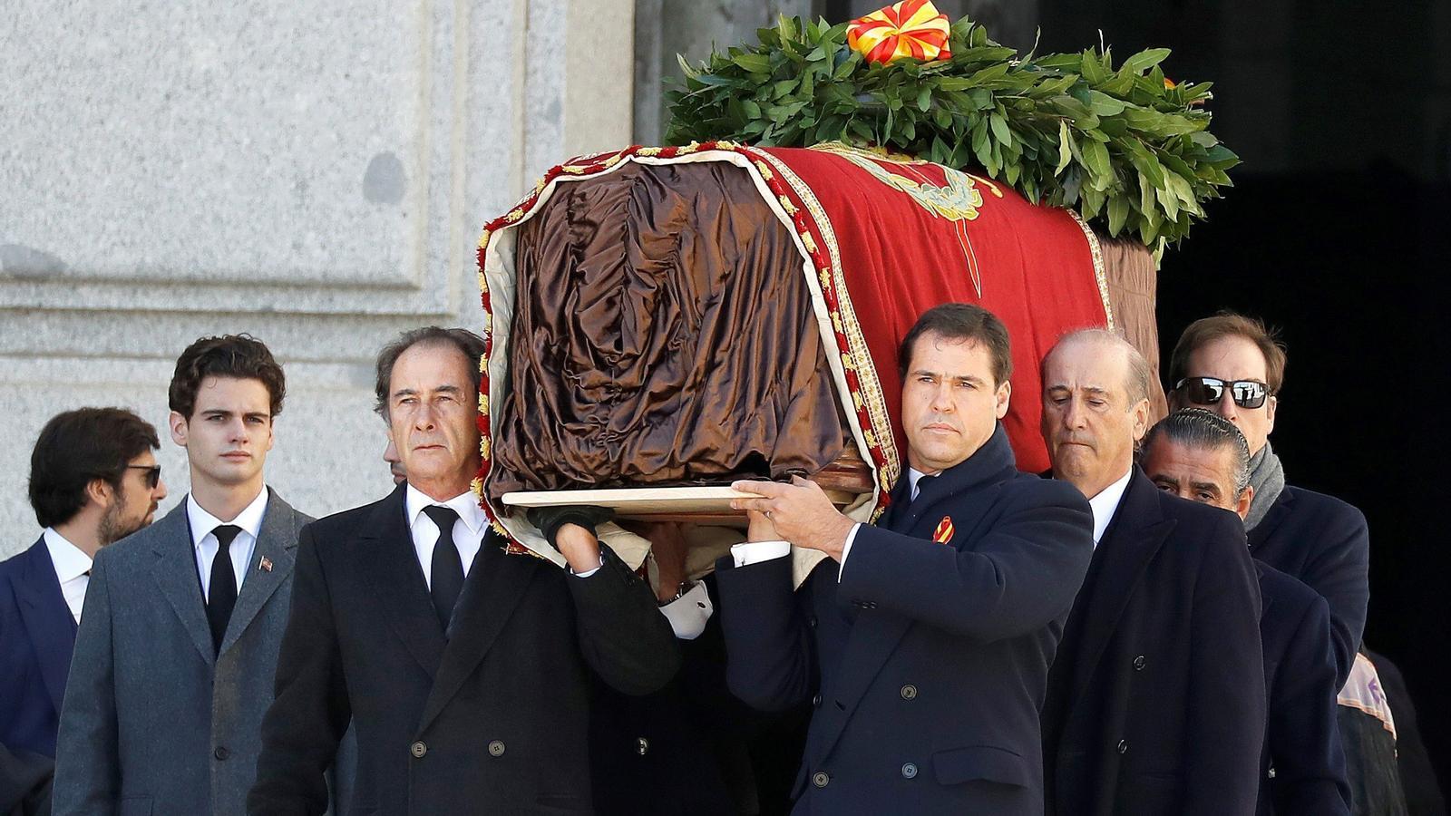 Els feixistes fan de l'exhumació un homenatge a Franco