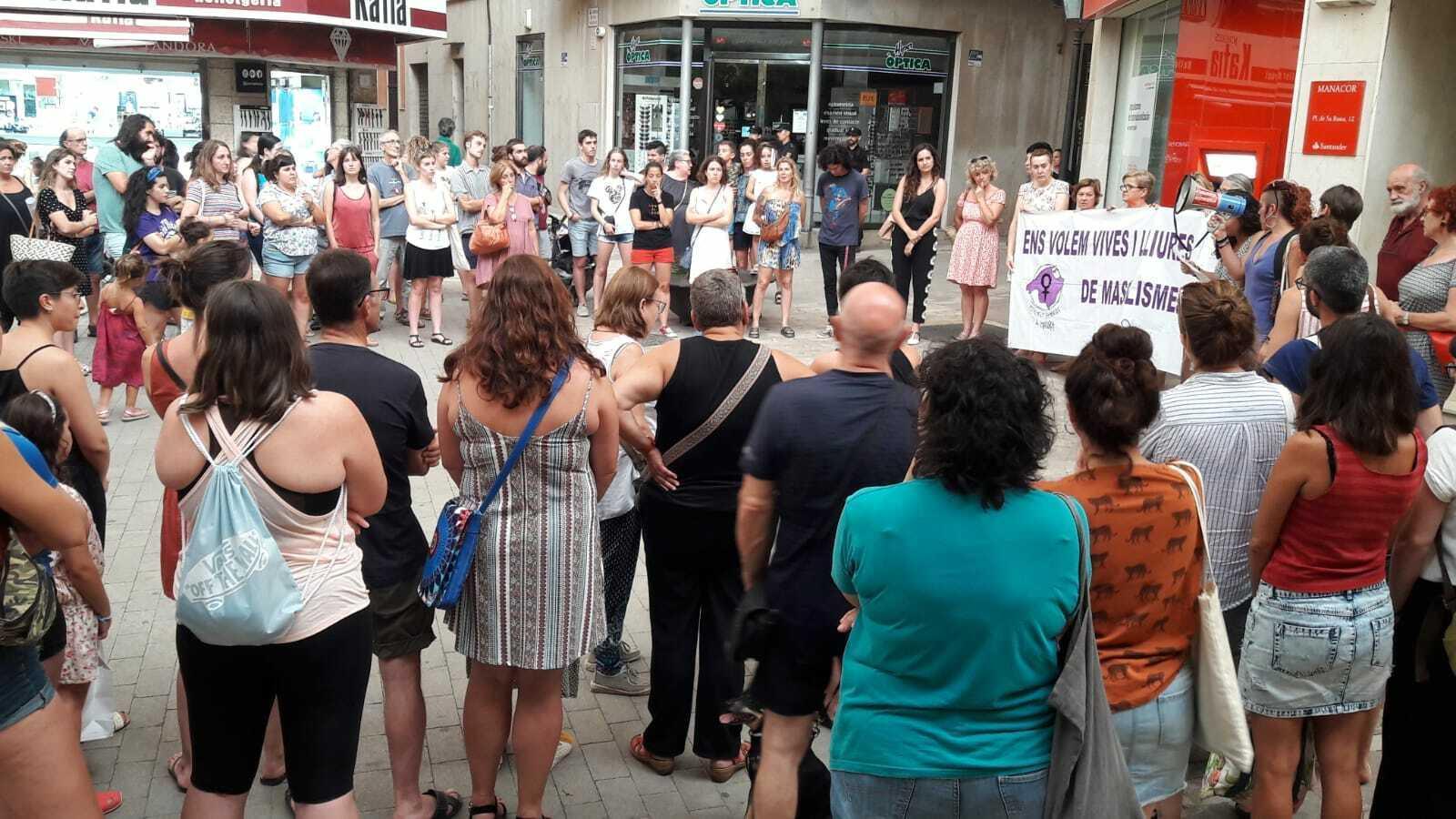 Concentració contra la violència sexual a la plaça de la Bassa a Manacor