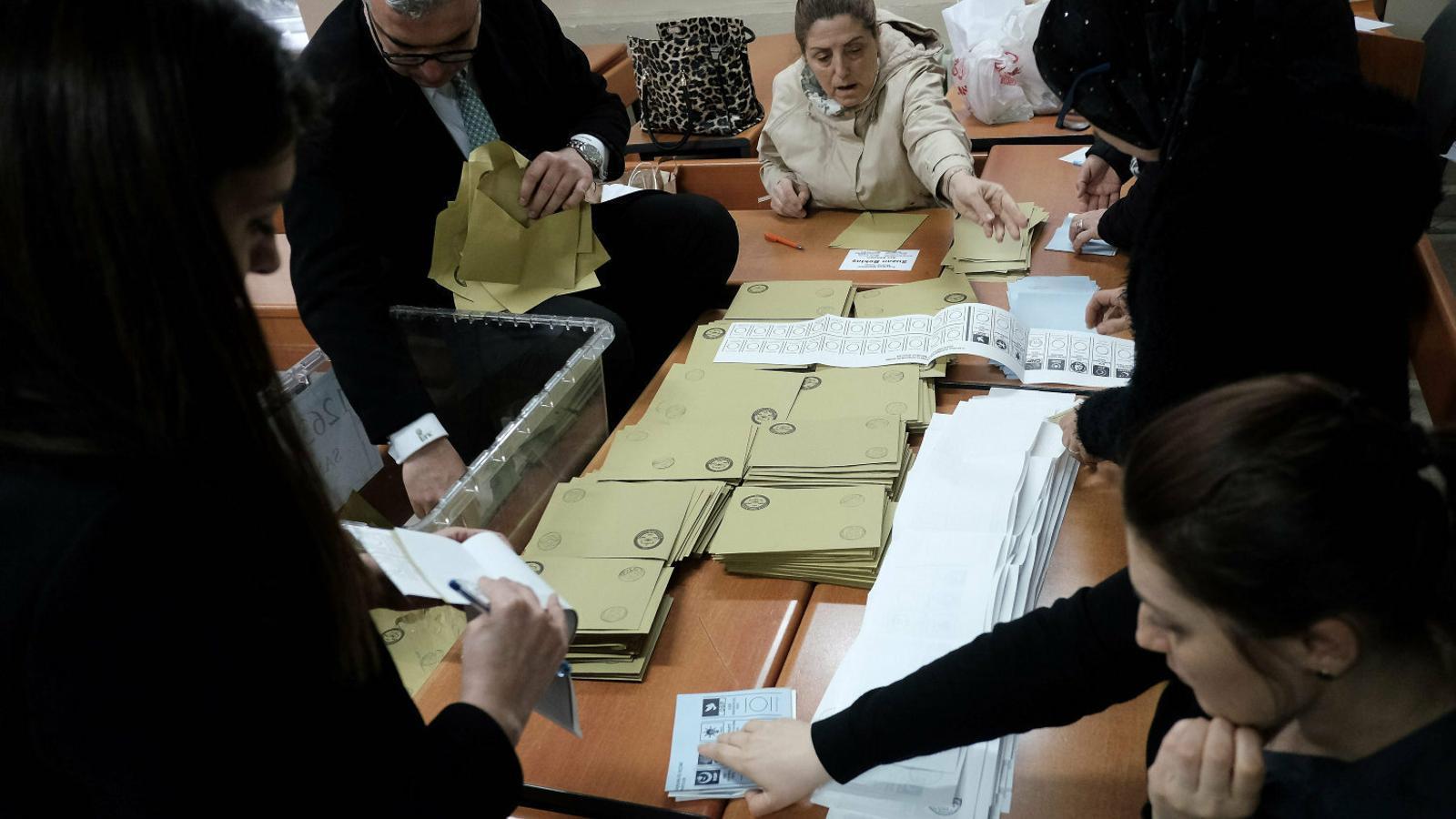 Toc d'atenció al poder d'Erdogan en unes municipals tenses