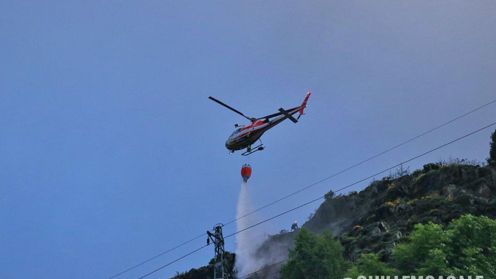 L'helicòpter, tirant aigua a la zona, aquest diumenge al matí. / GUILLEM CASAL