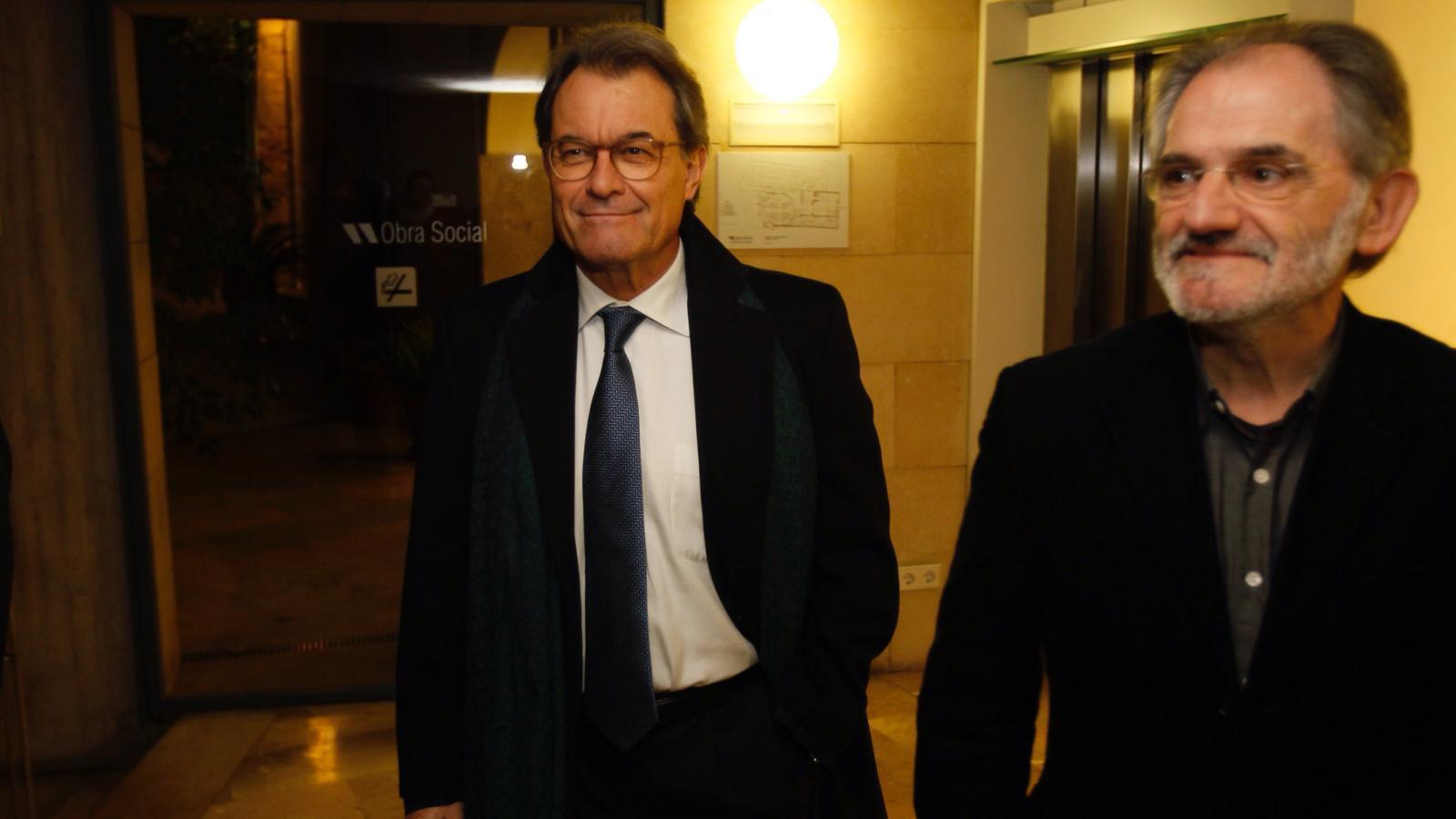 Mas arrivant a la sala acompanyat del president de l'OCB, Jaume Mateu. / ISAAC BUJ