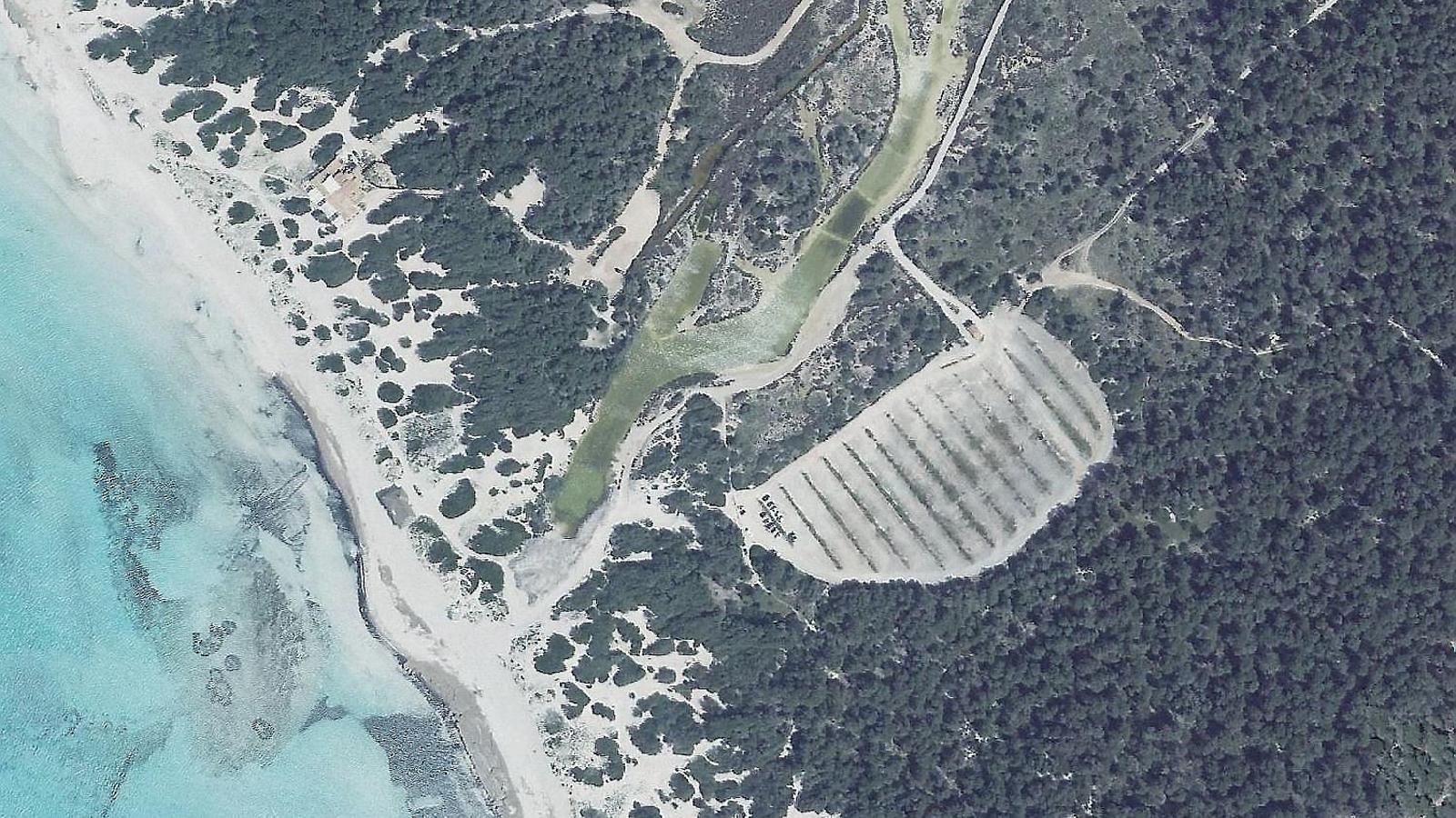 A la foto superior, vista aèria de l'aparcament de na Tirapèl. A baix, la parcel·la de na Barralina, una esplanada que es prepara per acollir fins a 487 vehicles.