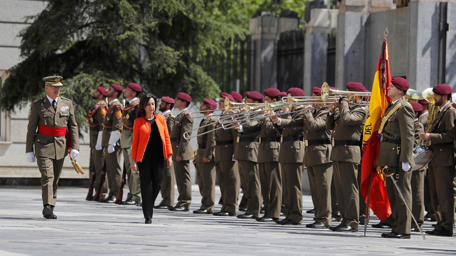 La ministra de Defensa, Margarita Robles, passant revista en una imatge d'arxiu.