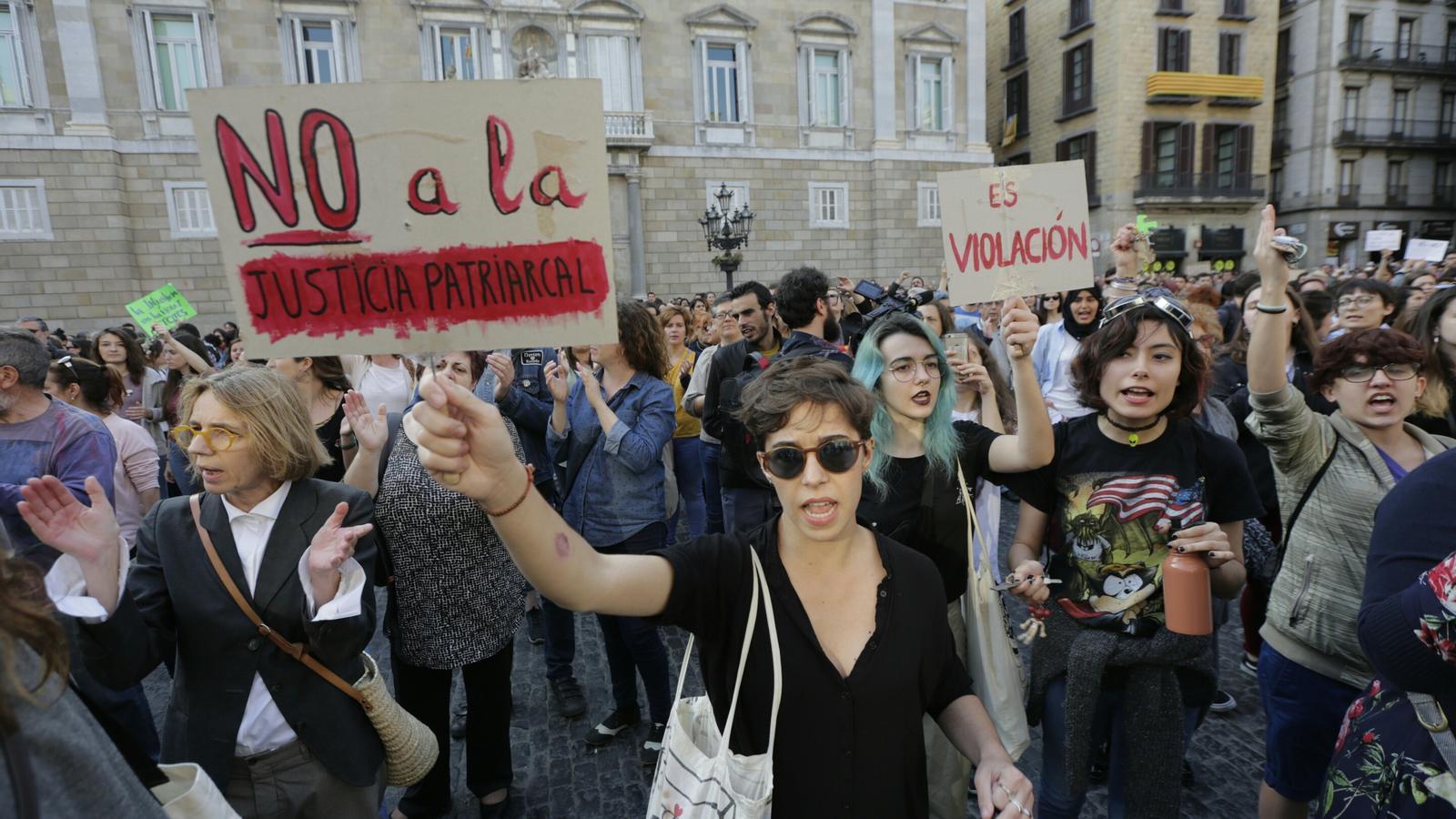 Milers de persones -la majoria dones- s'han concentrat a la plaça Sant Jaume de Barcelona