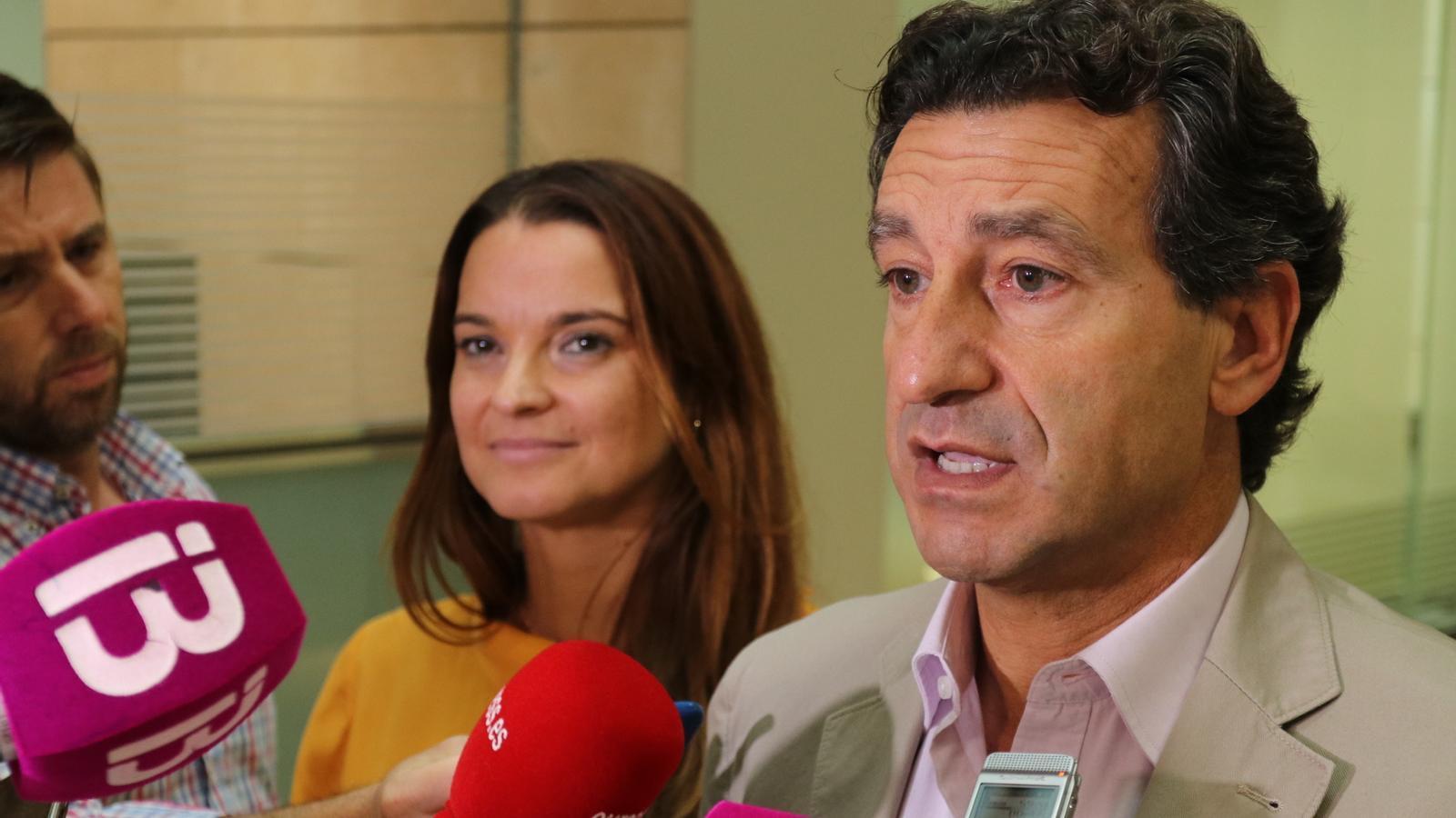 El president del PP, Biel Company, atenent els mitjans al Parlament.