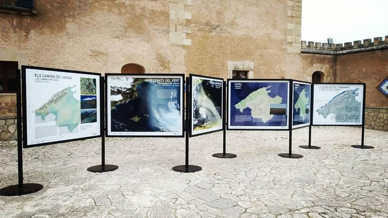Alguns dels panells exposats a l'Ajuntament d'Andratx