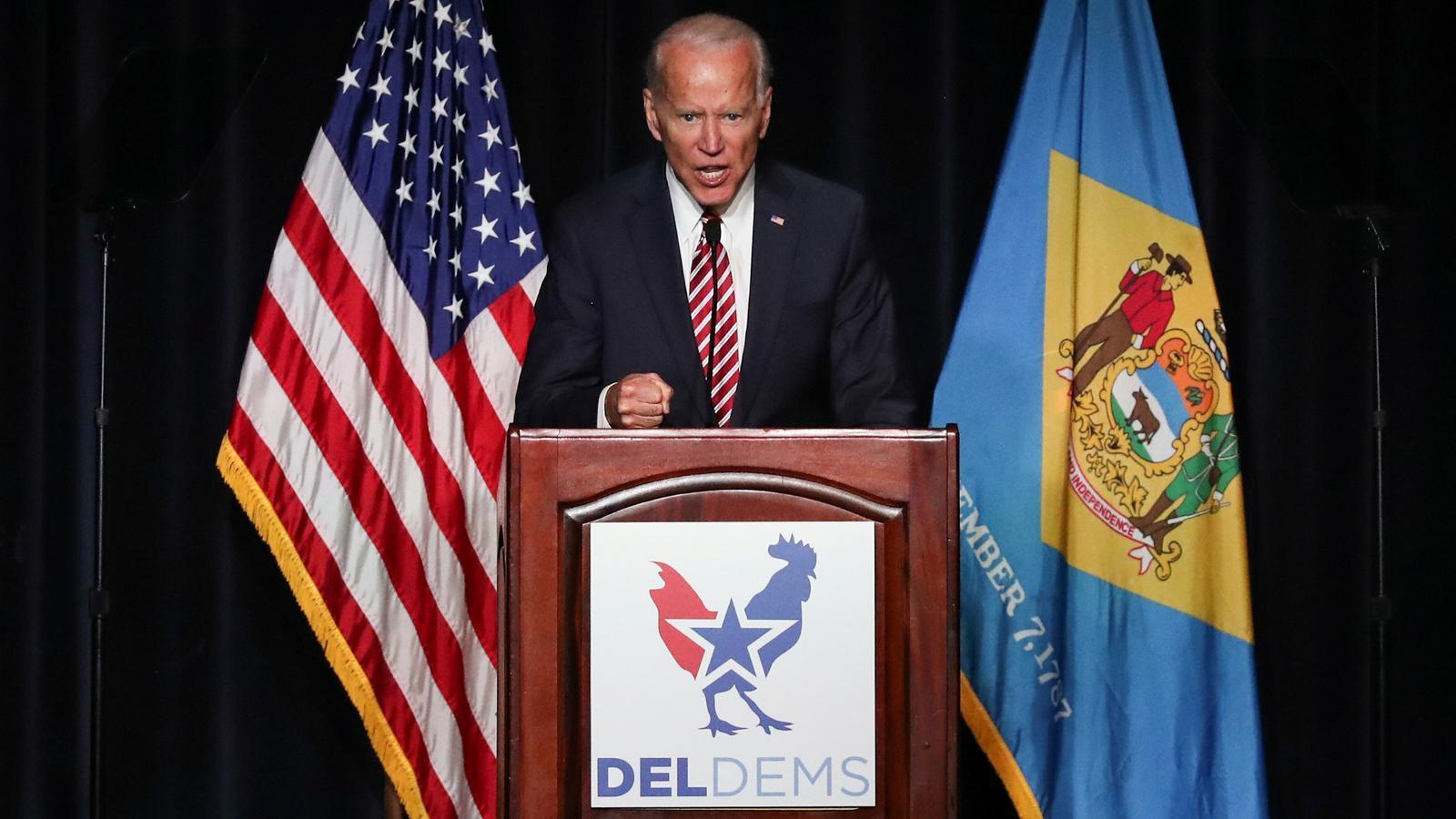 """Acusen Joe Biden de fer un petó """"inapropiat"""" a una candidata demòcrata"""
