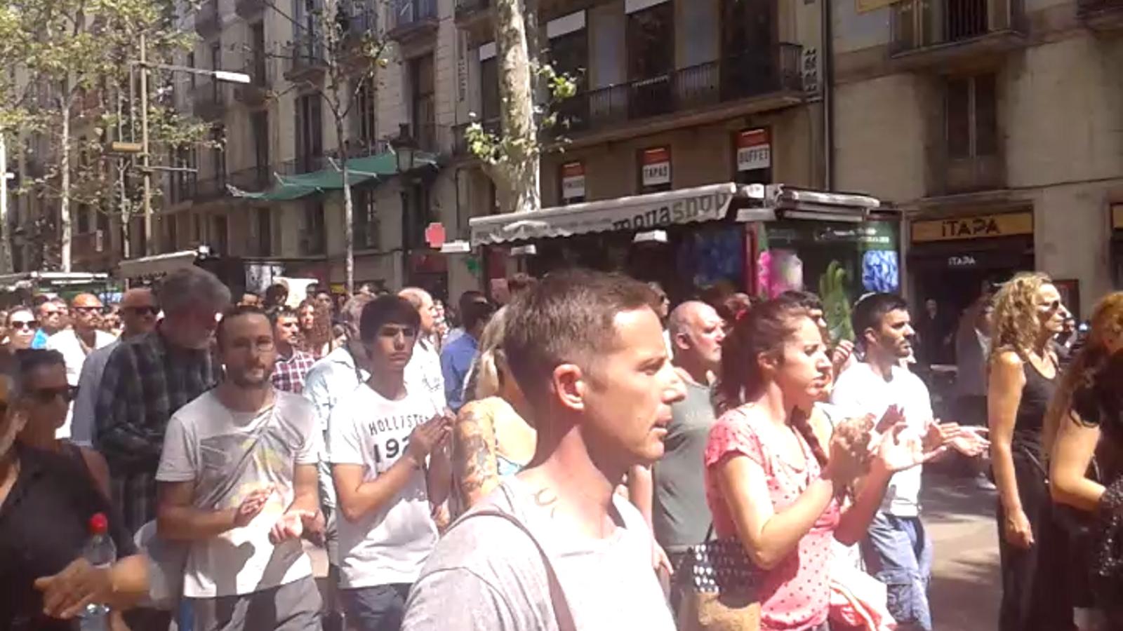 """La gent baixa per La Rambla aplaudint i cridant: """"No tenim por"""""""