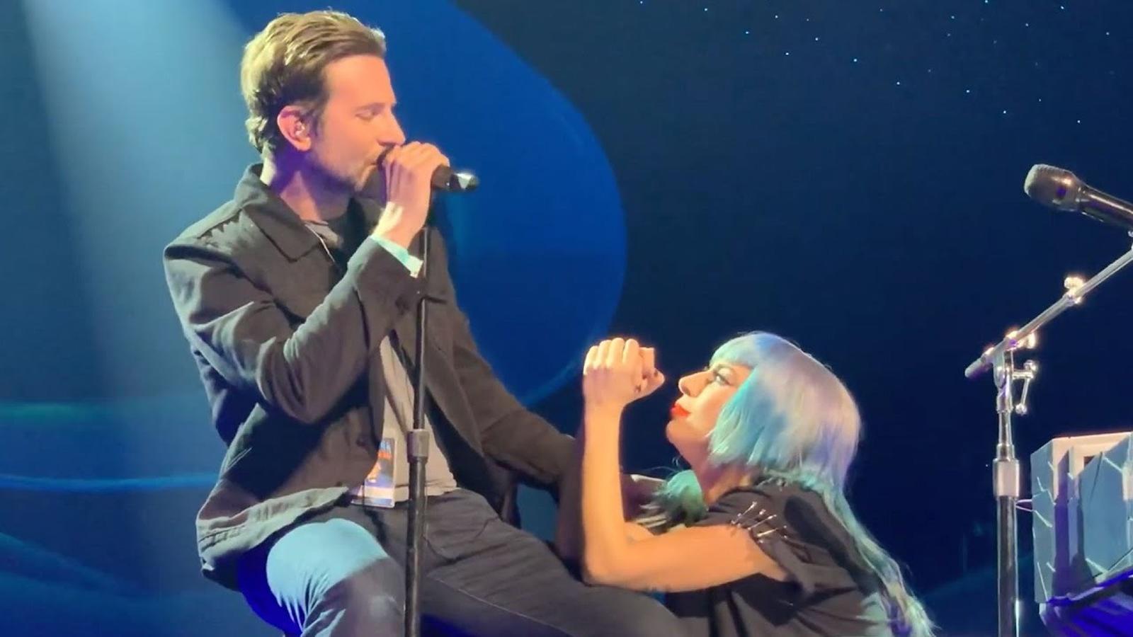 Lady Gaga i Bradley Cooper cantant 'Shallow' per sorpresa en un concert