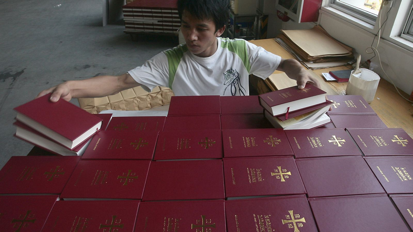 Un treballador revisant bíblies en una impremta de Pequín.