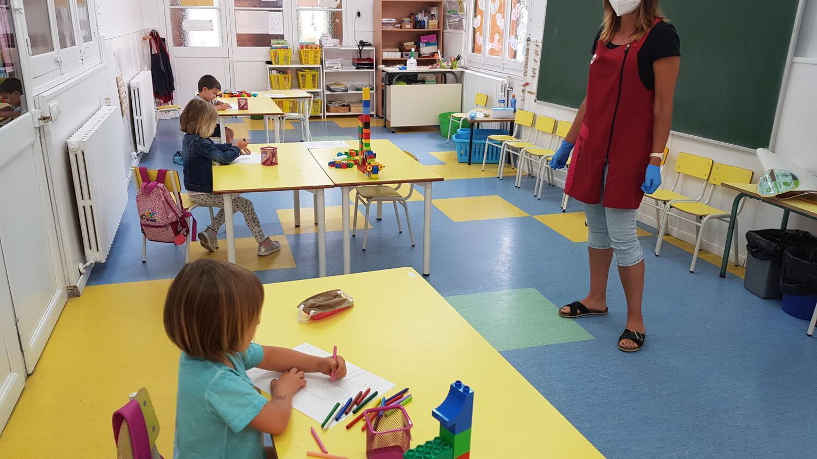 Tres dels alumnes d'infantil de l'Escola Vedruna d'Arbúcies, el juny passat, quan van tornar a l'aula.