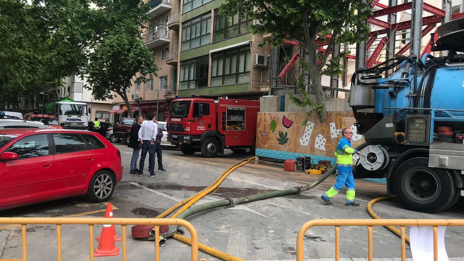 Imatge del moment en què els bombers i Emaya treballaven en l'avaria