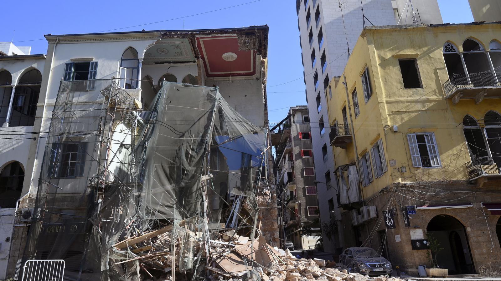 Estat en què ha quedat un dels edificis de Beirut després de la brutal explosió al port