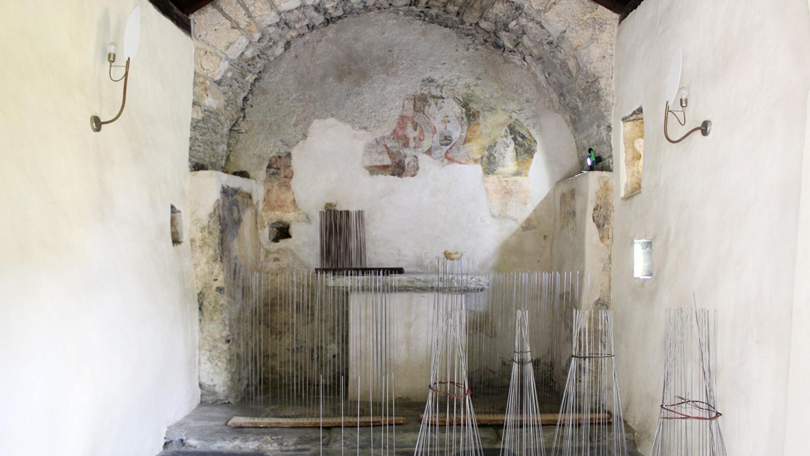 Part de la instal·lació de l'artista Laura Maresc a la capella de Santa Bàrbara. / T. N.