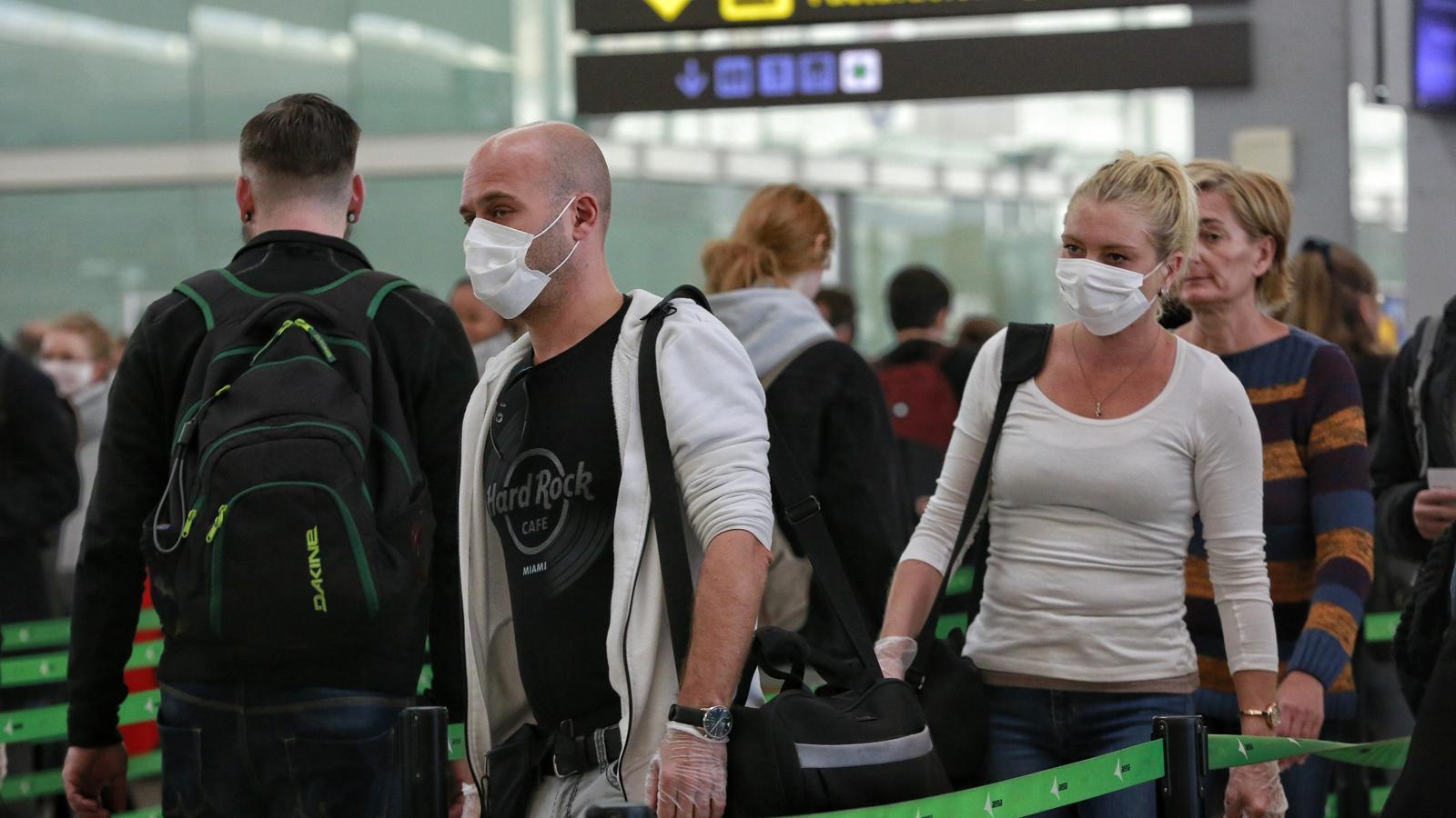 Molts del passatges que avui circulen per l'aeroport porten mascaretes de protecció pel coronavirus