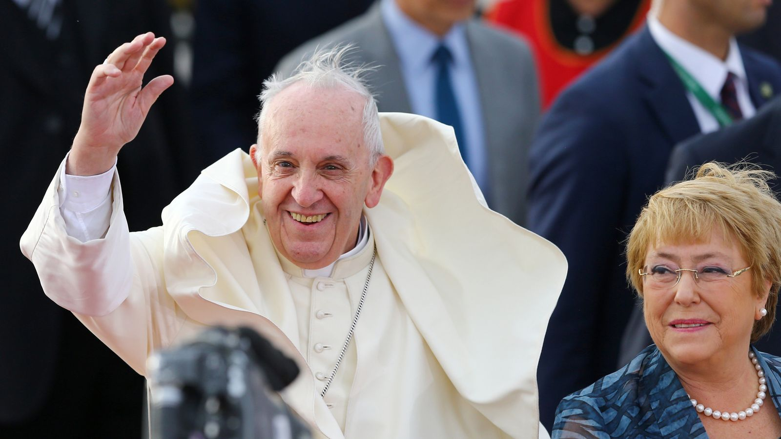 El Papa Francesc amb la presidenta de Xile, Michelle Bachelet, a l'arribada del Pontífex a l'aeroport de Santiago