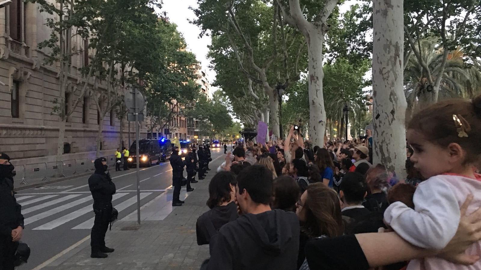 Els Mossos han acordonat el Palau de Justícia, al passeig Lluís Companys / E.B.