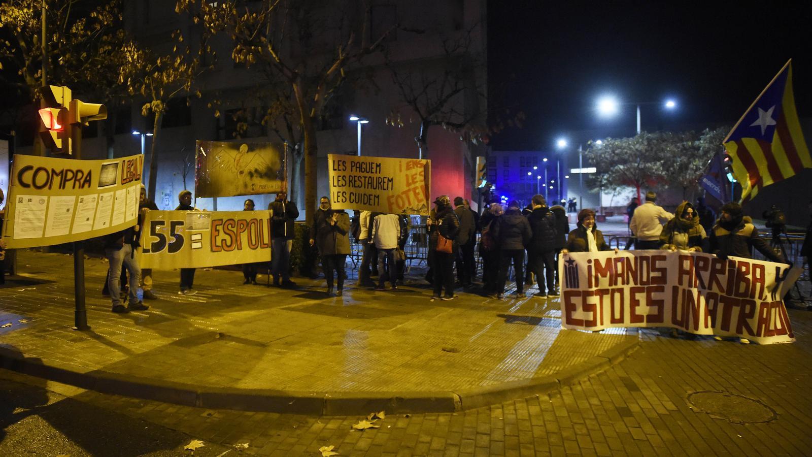 Diverses persones s'han concentrat a les portes del Museu de Lleida per protestar contra el retorn de les obres a Sixena