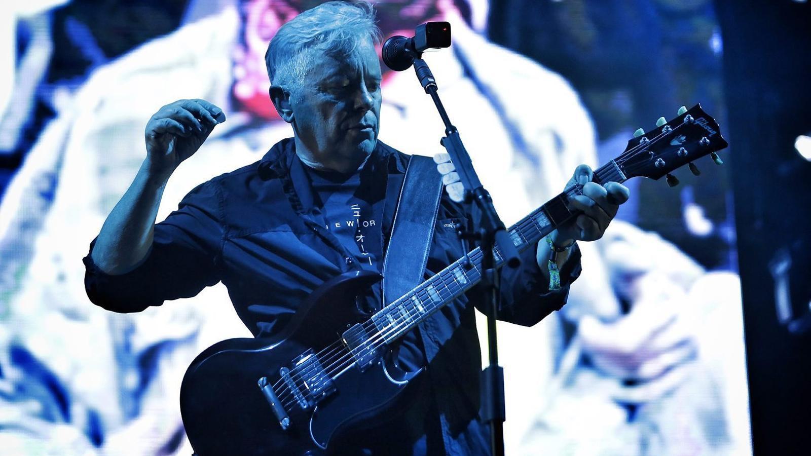 Bernard Sumner, a la veu i la guitarra, va exercir com a líder del grup que va néixer de les cendres de Joy Division amb  una actuació a mig camí entre la nostàlgia i la reivindicació del seu present.