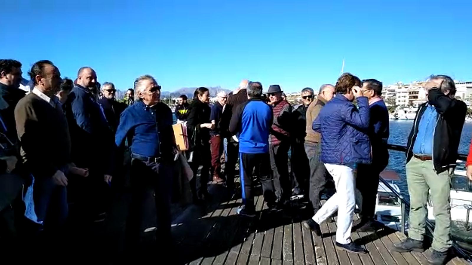 Una seixantena de persones es reuneixen al moll dels pescadors del Port d'Alcúdia  per a rebutjar la pujada de preus dels amarraments