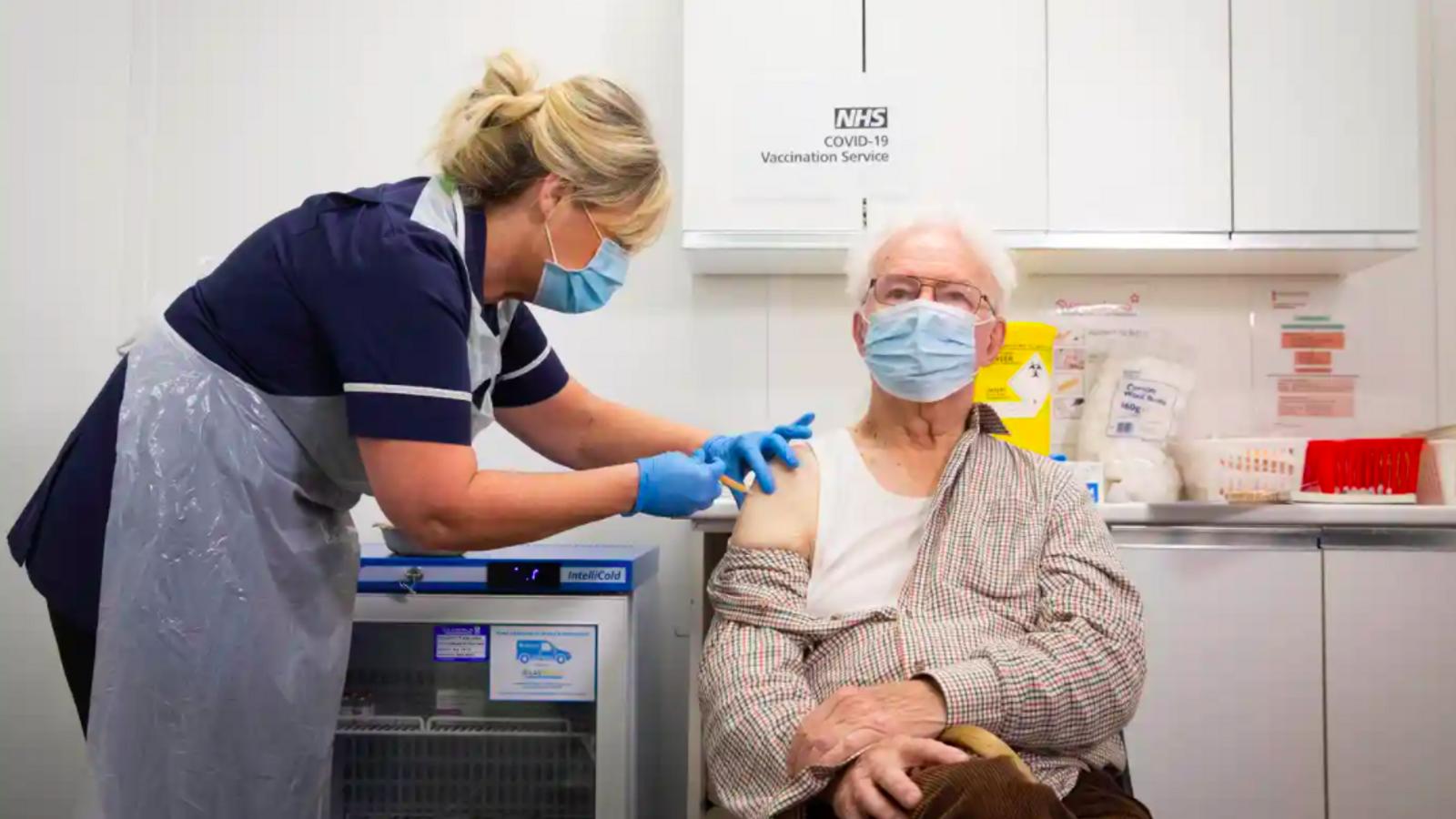 Peter Cast, de 87 anys, en el moment de rebre aquest matí de dijous la vacuna d'Oxford/AstraZeneca a una de les primeres sis farmàcies d'Anglaterra que ofereixen el servei.