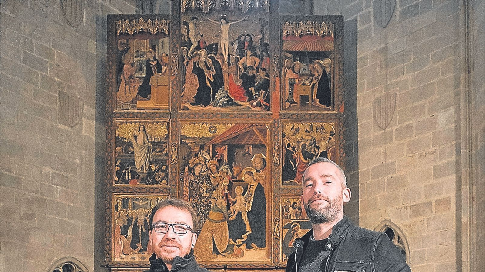 Xavier Pastrana (O Vos Omnes) i Bruno Hurtado (El Gran Teatro del Mundo) davant el 'Retaule del Conestable' a la Capella de Santa Àgata.