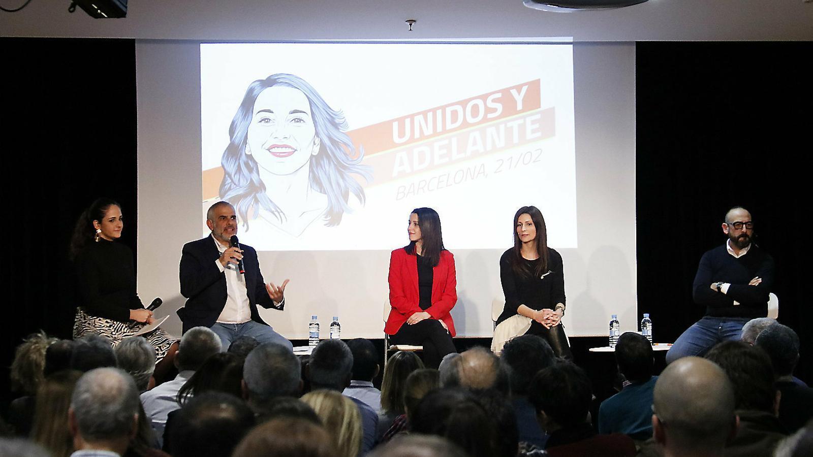 Carlos Carrizosa, Inés Arrimadas i Lorena Roldán en l'acte d'ahir al Centre Cívic Sagrada Família de Barcelona.