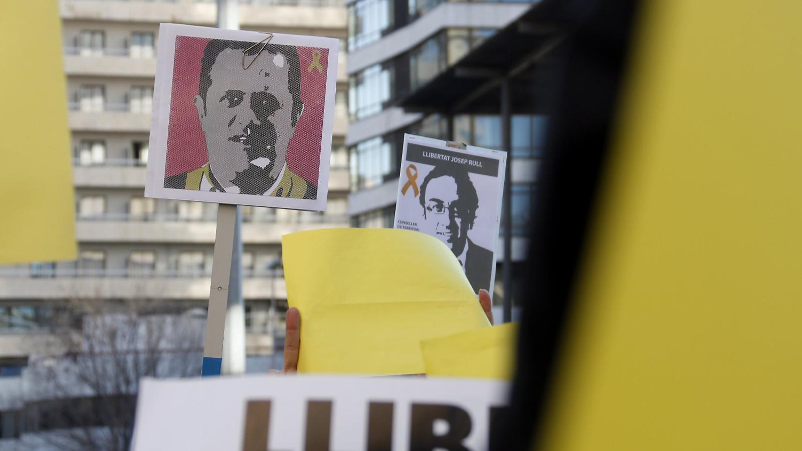 Cartells amb el rostre de Joaquim Forn i Josep Rull en una protesta dels treballadors del departament de Territori, dos dies després d'entrar a la presó d'Estremera. / ACN