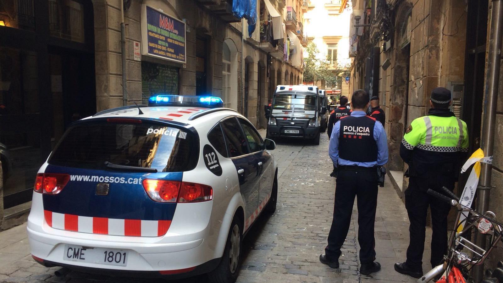 Nou detinguts en quatre narcopisos del Raval desmantellats en una nova operació policial